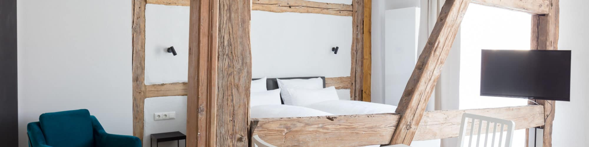 Markt 15 - Guest room with a double bed and open framework