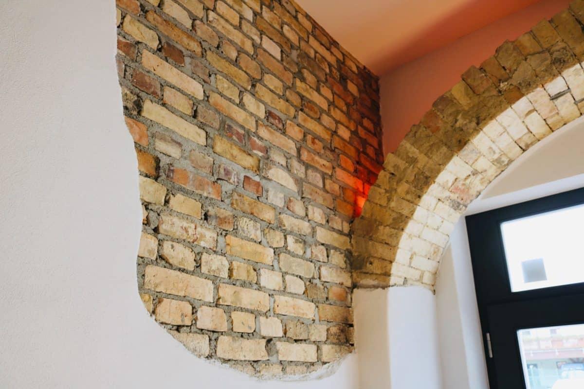 Markt 15 - archway with old bricks